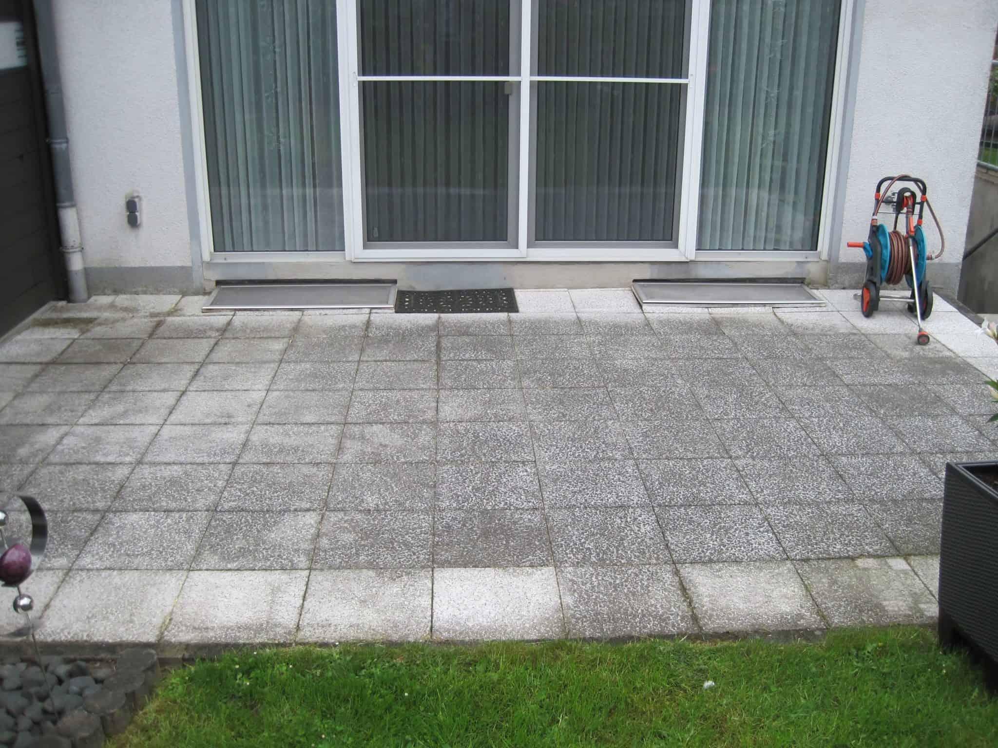 Weiße Steinplatten werden gereinigt in Dortmund